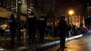 A polícia francesa confronta os estudantes enquanto tenta evacuá-los do campus de Tolbiac, parte da prestigiosa Universidade de Sorbonne, em Paris, em 12 de abril de 2018.