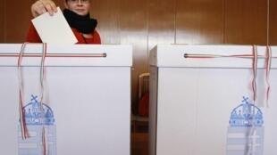 Một phụ nữ Hungary tham gia bỏ phiếu ngày 25/04/2010 tại Budapest
