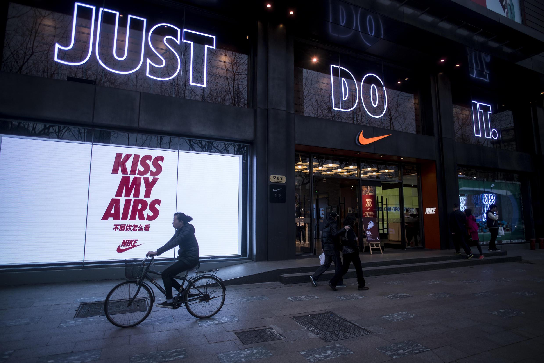 Comme des dizaines d'autres multinationales, l'entreprise américaine Nike est dans le viseur d'un puissant think-tank chinois pour ne pas avoir «correctement» référence à Hong Kong ou Taïwan.