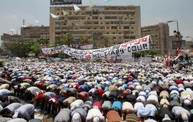Người ủng hộ cựu tổng thống Morsi cầu nguyện ở khu đền thờ Rabaa Al-Adawiya, Cairo, 12/07/2013.