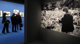 O jovem Bob Dylan é tema de exposição em Paris.