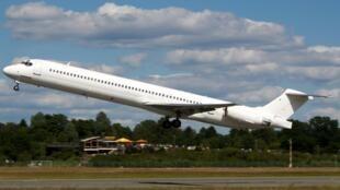 Самолет MD-83, который разбился на севере Мали, взлетает в Гамбурге, 15 июля 2014 г.