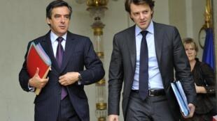 Le Premier ministre, François Fillon (G), en compagnie du ministre du Budget, François Baroin (D), devant l'Elysée. Pour ce dernier le budget 2011 ets «le plus difficile à préparer depuis 30 ans».