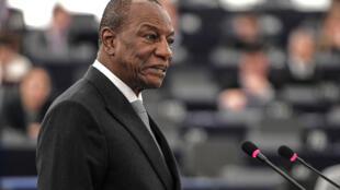 Guineenses aprovam referendo constitucional do presidente Alpha Condé que quer concorrer a um terceiro mandato para ficar no poder