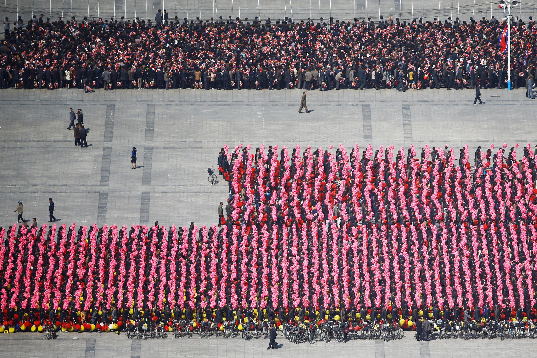 圖為朝鮮在平壤金日成廣場舉行盛大民眾集會與閱兵式