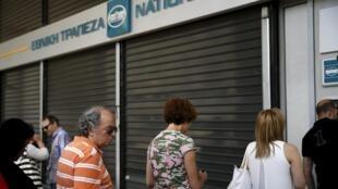 File d'attente devant un distributeur de billets à Athènes, le 29 juin 2015.