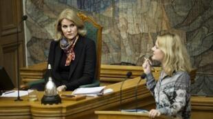 丹麥前首相赫勒·托寧-施密特(Helle Thorning-Schmidt)和 移民部長斯特伊貝爾(Inger Stojberg)在允許沒收難民財產辯論會上