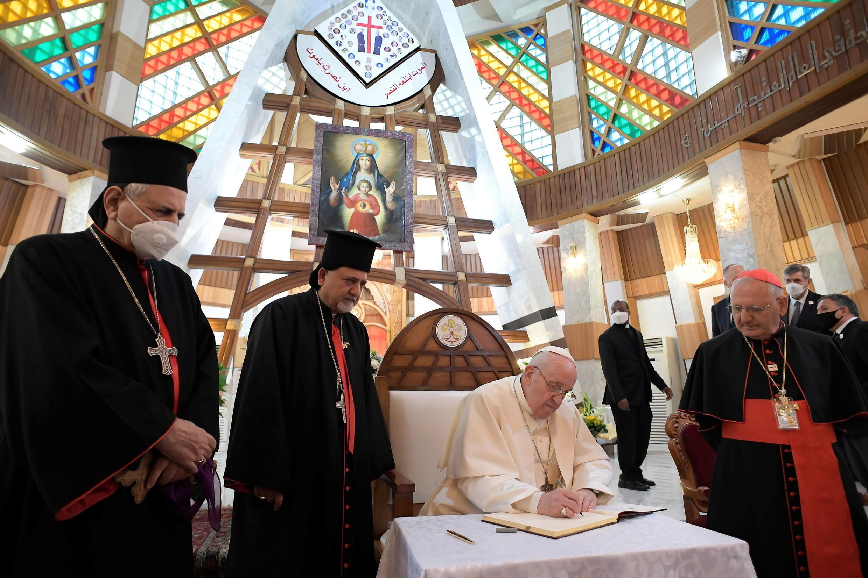 Le pape François a rencontré des évêques, des prêtres et des séminaristes dans la cathédrale à Bagdad, en Irak, le 5 mars 2021.