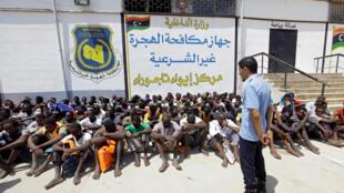 Un groupe de migrants détenus au centre de l'Autorité anti immigration illégale de Tajoura, le 6 août 2017.