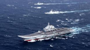 Hàng không mẫu hạm Liêu Ninh của Trung Quốc tập trận tại Biển Đông, tháng 12/2016.