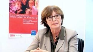 """Martine Gruère explica las orientaciones principales del informe titulado """"Soledades""""."""