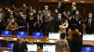 Les députés d'opposition chilien célèbrent le vote de la loi concernant les cotisations retraites.