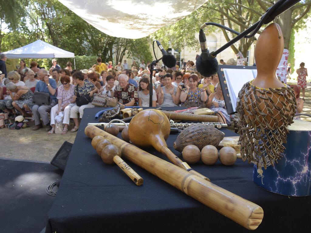 Les instruments de Yatsiona lors de LE BAL DE NDINGA.