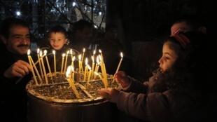Cristãos da Faixa de Gaza celebram Natal na Igreja da Natividade, em Belém.