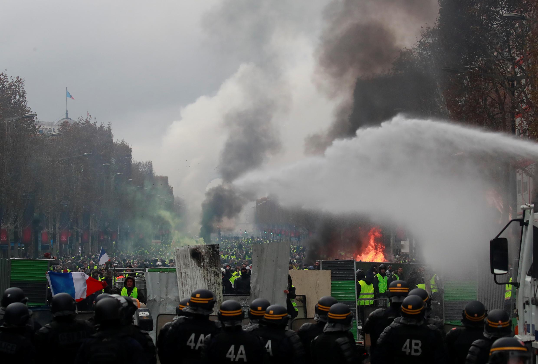 法國警方在巴黎香街大圓環向黃背心示威者噴催淚瓦斯和水炮  2018年12月1日