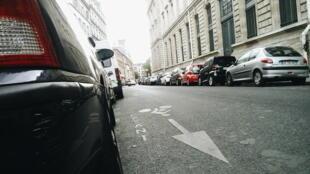 Carros estacionados em rua do centro de Paris. Vagas serão cobradas mesmo durante as férias.