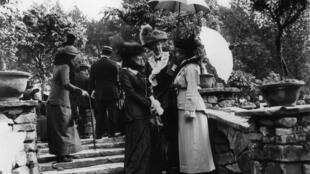 Scène de vie à Chelsea, au Royaume Uni, lors d'une exposition florale, peu avant le début de la Première Guerre mondiale.