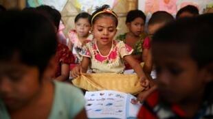 Des enfants Rohingyas apprennent le Birman dans le camp de réfugiés de Cox's Bazar, au Bangladesh, le 9 avril 2019.