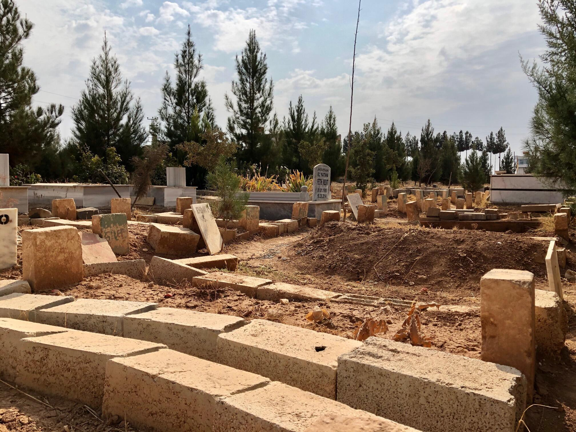 Dans le cimetière de Suruç, les tombes des combattants kurdes de Kobané ont été détruites ou anonymisées.