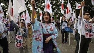 Manifestantes demonstram em Tóquio contra a China na disputa por ilhas no Mar da China Oriental.