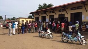 File d'attente devant le bureau de vote de l'école des Trois francs, dans le quartier de Bacongo à Brazzaville, le 20 mars 2016.