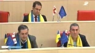 Депутаты парламента Грузии на заседании в шарфах цветов украинского флага (архив)