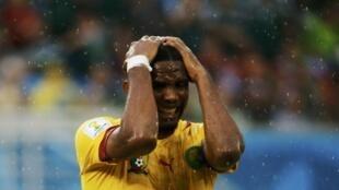 Nahodha wa Cameroon, Samuel Eto'o akishika kichwa baada ya timu yake kukosa bao dhidi ya Mexico
