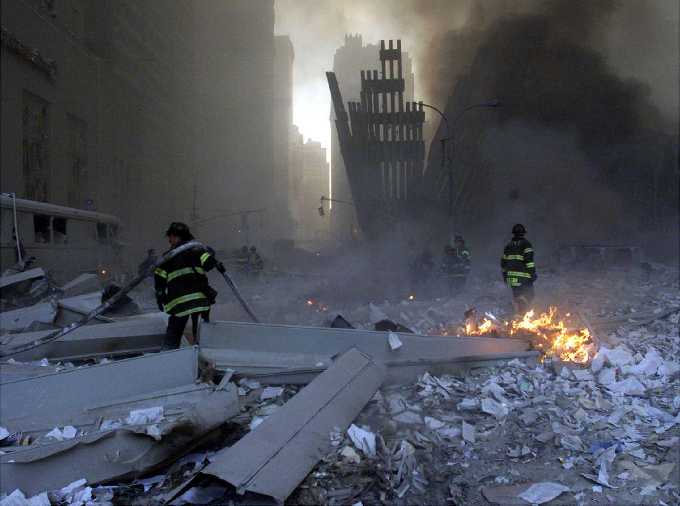 Lính cứu hỏa làm việc trong đống đổ nát của World Trade Center sau các vụ khủng bố ngày 11/09/2001.