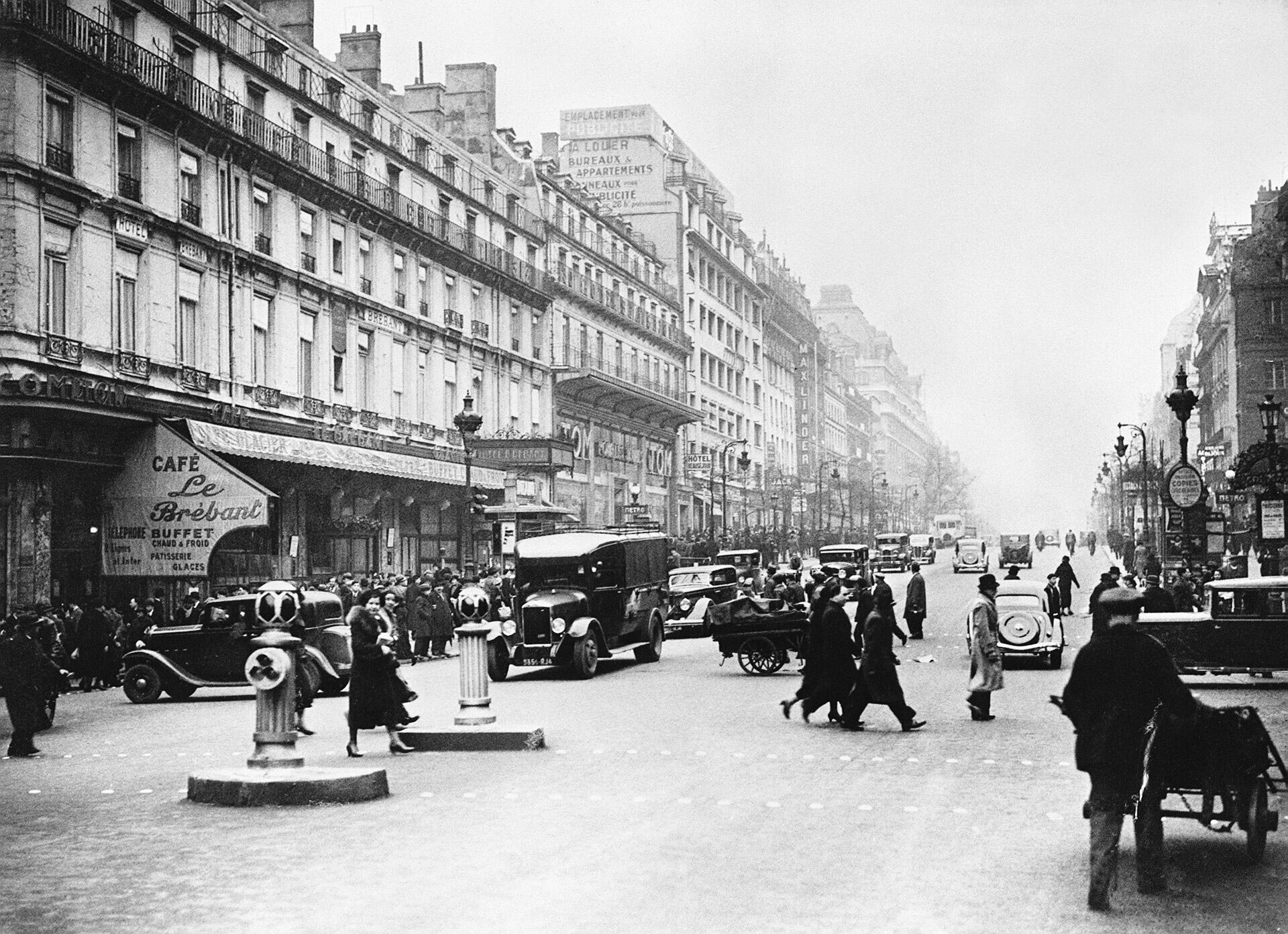 Photo du Boulevard Poissonnière à Paris, photographié en hiver dans les années 30.