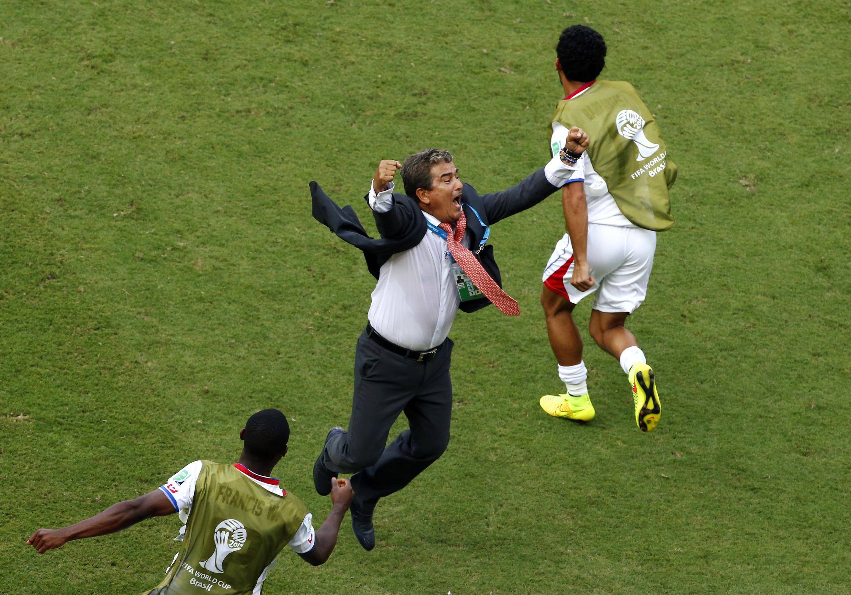 El técnico de Costa Rica, Jorge Luis Pinto, celebra el triunfo de su equipo contra Italia el 20 de junio de 2014, en Recife.