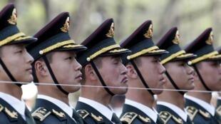Soldats de l'armée chinoise, le 8 avril 2016 à Pékin.
