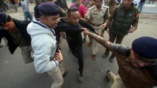 Un manifestant contre la loi sur la citoyenneté est arrêté par les policiers devant le parlement indien. Le 12 décembre 2019