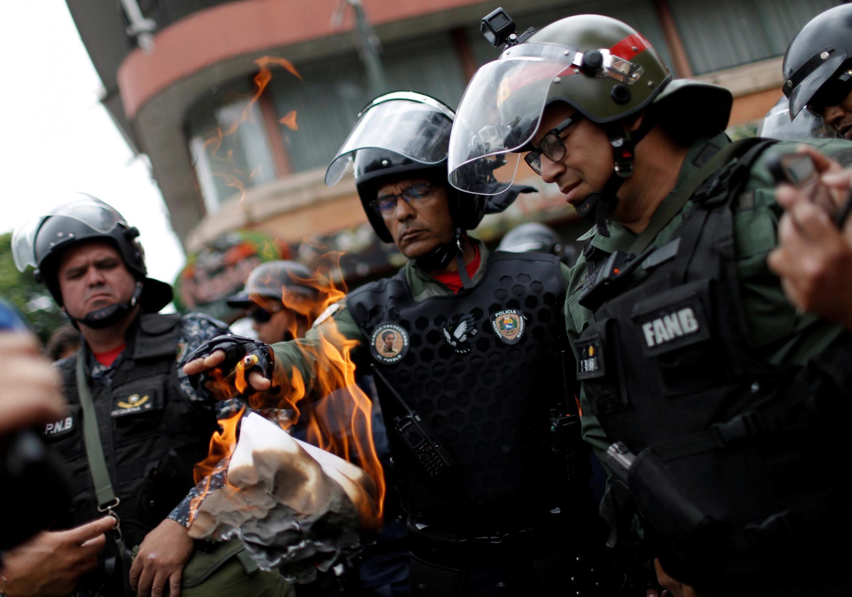 Quân nhân Venezuela đốt truyền đơn ngay trước mặt người biểu tình, gần một doanh trại ở Caracas, ngày 04/05/2019.