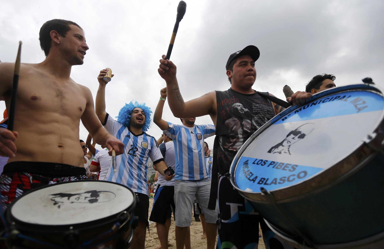 Cổ động viên đội Achentina trên bãi biển Copacabana ngày 11/07/2014.