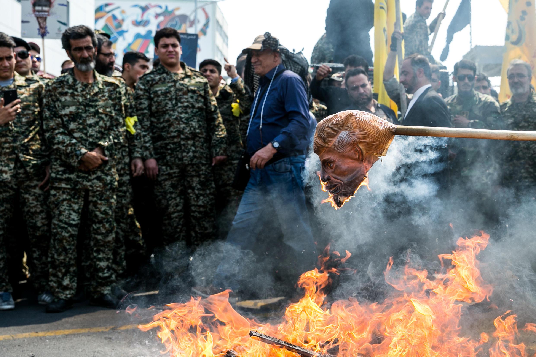 Dân Iran đốt mặt nạ hình tổng thống Mỹ Donald Trump trong một cuộc biểu tình ở Tehran, ngày 31/05/2019