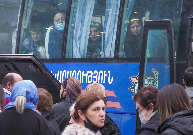 Первый автобус с беженцами отправляется из Еревана в Степанакерт. 16 ноября 2020 г.