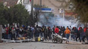 Gases lacrimógenos intentan dispersar a los manifestantes que protestan contra el alza de precios y el aumento de impuestos, en Teburba, Túnez, el 9 de enero de 2018.