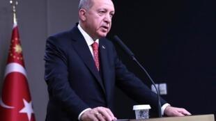 Recep Tayyip Erdogan durante entrevista coletiva no aeroporto Esenboga, em Ancara, pouco antes de embarcar para a França