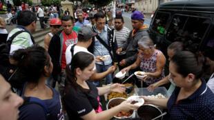 Nicaraguenses que já moraram na Costa Rica têm se organizado para receber compatriotas refugiados