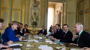 La chancelière Angela Merkel et le président Emmanuel Macron, à l'Elysée le 13 juillet 2017 lors d'un Conseil des ministres franco-allemand.