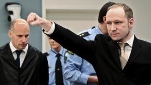 Mtuhumiwa wa ugaidi nchini Norway Anders Breivik akipunga mkono wakati akiingia mahakamani