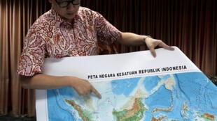 Thứ trưởng Indonesia đặc trách vấn đề hàng hải Arif Havas Oegroseno chỉ trên bản đồ vùng gọi là 'Biển Bắc Natuna', trong cuộc nói chuyện với nhà báo tại Jakarta, ngày 14/07/2017. Ảnh tư liệu.