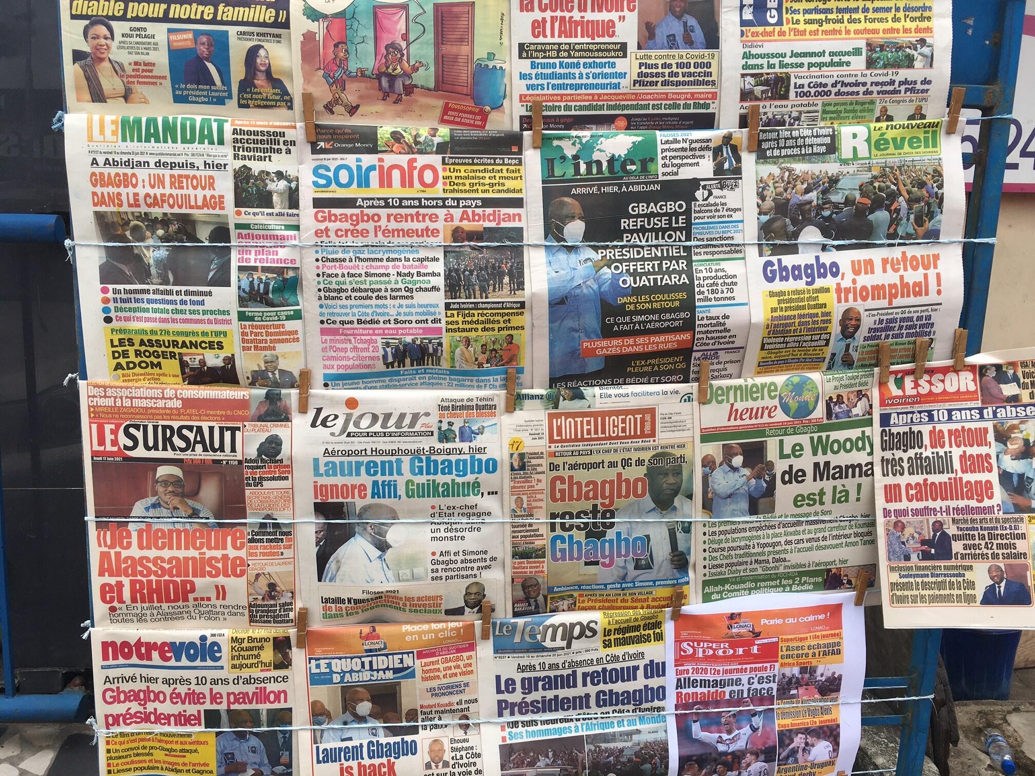 Seules les Unes des journaux affichées dans les rues évoquent l'événement.