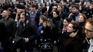 Jornalistas e funcionários diante da sede da iTELE em 17 de outubro de 2016