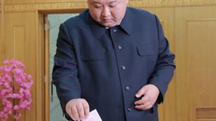 O líder norte-coreano Kim Jong-un deposita seu voto nas legislativas do país, que acontecem neste domingo.