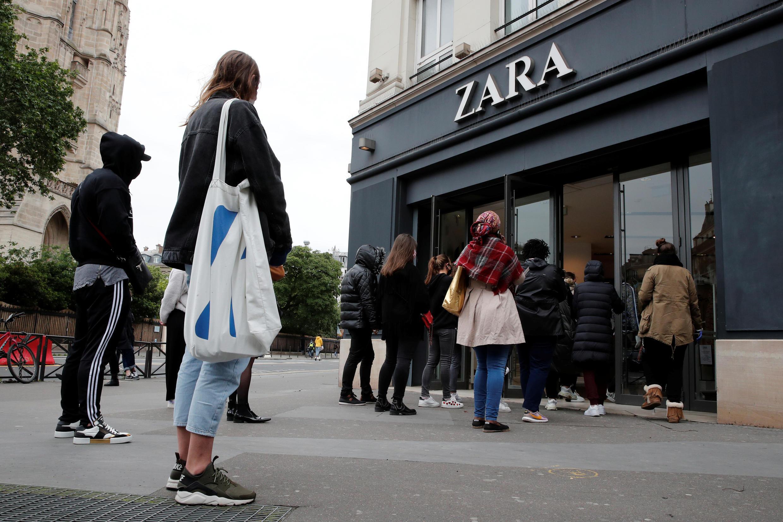 Longas filas de clientes esperaram para entrar na loja Zara em Paris, tão logo a quarentena foi aliviada na França.