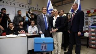 Isaac Herzog (centro), de la Unión Sionista, deposita su voto, en compañía de su esposa Michal, en Tel Aviv, 17 de marzo de 2015.