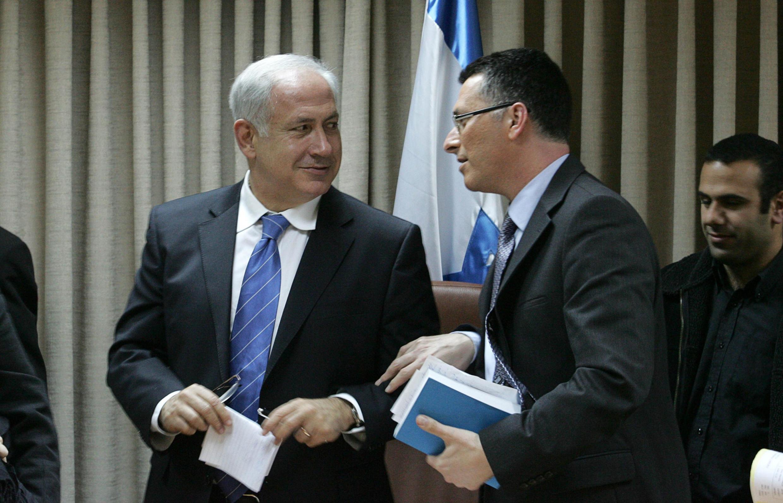 Benjamin Netanyahu com Gideon Saar, no final de um comício em Jerusalem em Fevereiro de 2019.