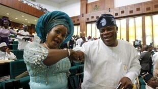 Des députés nigérians saluent la victoire du nouveau porte-parole de l'Assemblée nationale du Nigeria, Hon Yakubu Dogara, à Abuja, le 9 juin 2015.