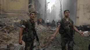 Soldados libaneses rodeados de escombros tras el atentado del viernes